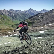 Dropping into one of the best biketrails in @engadinscuol It's wild, remote and technical. Champatsch - Zuort - Val Sinestra #lieblingsgröllhalde